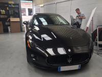 Dépose de film teintées sur une Maserati gran turismo