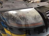 Polissage des optiques de phare avant sur un Audi TT
